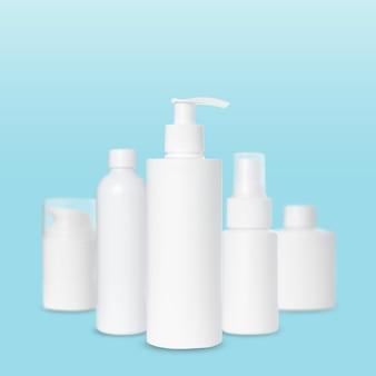 Puste białe plastikowe butelki na kosmetyki na niebieskim tle. makieta