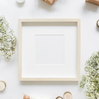 Puste białe ramki otoczony kwiatami i pudełka