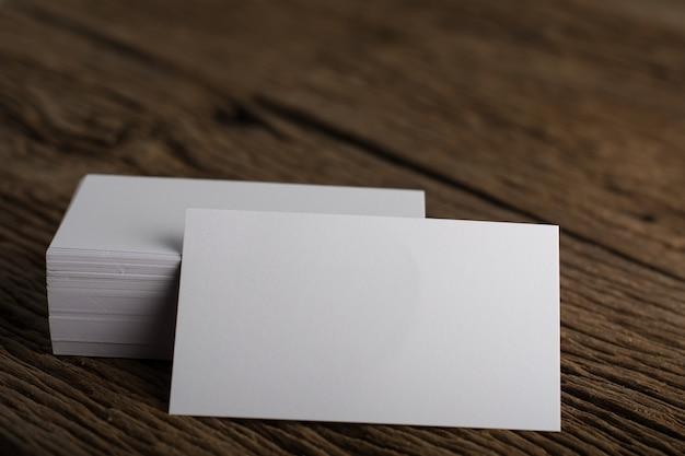 Puste białe wizytówka prezentacji corporate tożsamości na tle drewna