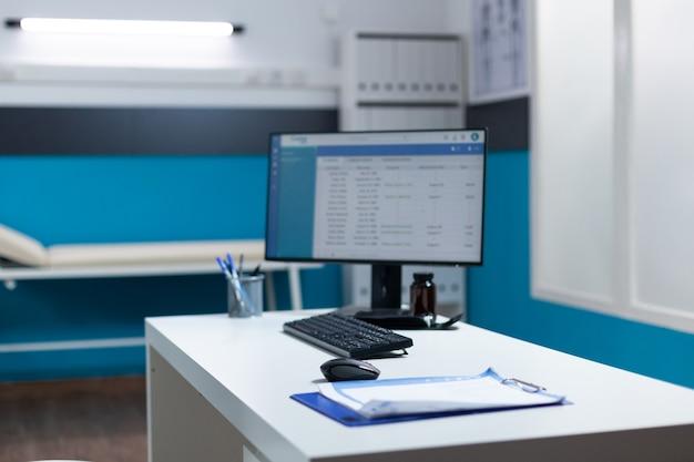 Puste biurko ze stołową dokumentacją medyczną i wizytą kliniczną
