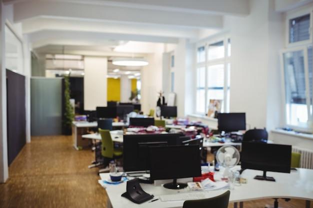 Puste biuro pracy z tabeli, krzesła i komputera