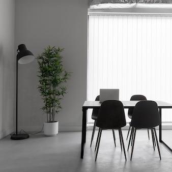 Puste biuro z krzesłami i stołem