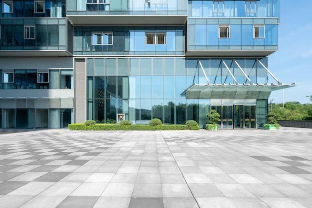 Puste budynki biurowe w centrum finansowym