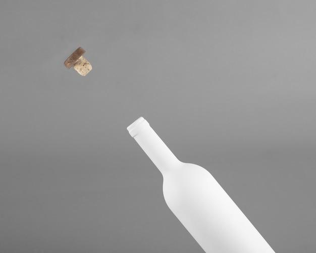 Puste butelki wina i makieta korka