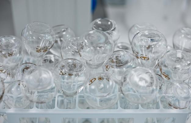 Puste butelki z lekami z przezroczystego szkła