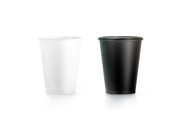 Puste czarno-białe jednorazowe kubki papierowe na białym tle
