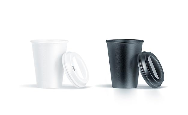 Puste czarno-białe jednorazowe kubki papierowe z otwartą plastikową pokrywką na białym tle