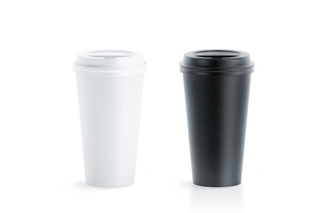 Puste czarno-białe jednorazowe kubki papierowe z plastikową pokrywką na białym tle