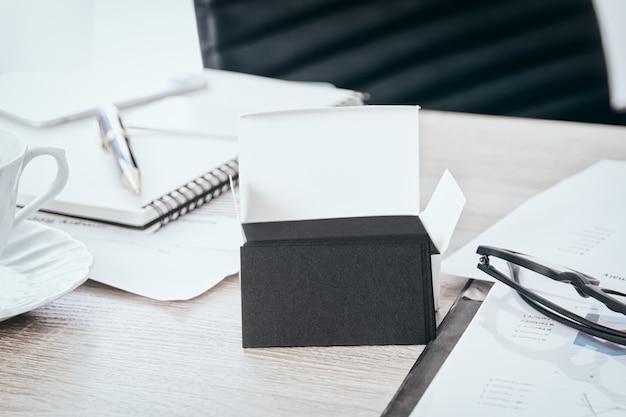 Puste czarny wizytówki makiety na biurku używać nas do wyrównywania szablonu projektu id informacji, ścieżki przycinającej na karcie