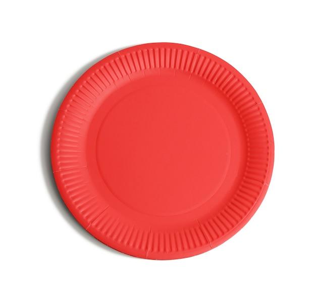Puste czerwone papierowe jednorazowe talerze na białym tle, widok z góry. pojęcie odrzucenia plastiku, ochrona środowiska