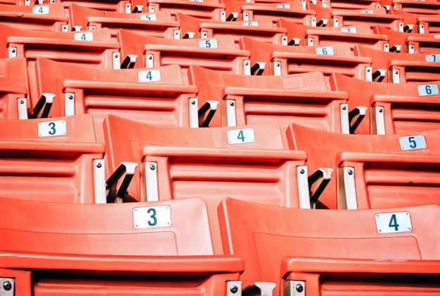 Puste czerwone siedzenia na stadionie sportowym