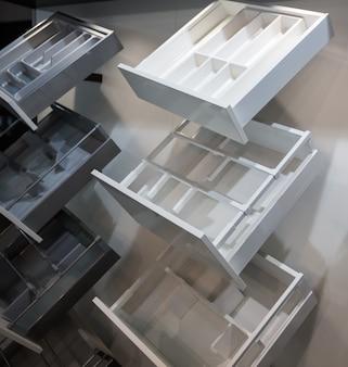 Puste dekoracyjne półki na naczynia do wystroju wnętrz. sprzęt kuchenny