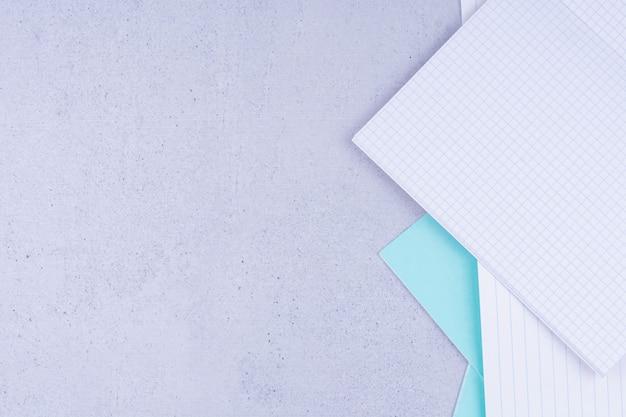 Puste dokumenty na białym tle na szarej powierzchni