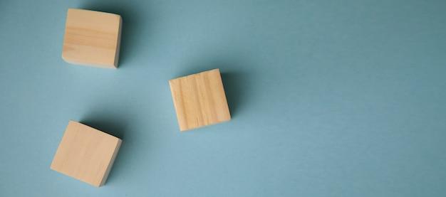 Puste drewniane kostki na stole