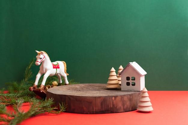 Puste drewniane naturalne podium z zabawkowym koniem choinkowym i dekoracją domu