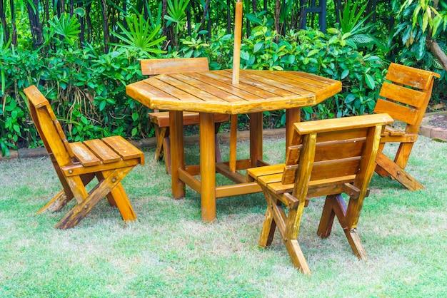 Puste drewniane patio na zewnątrz stół i krzesło w ogrodzie domu