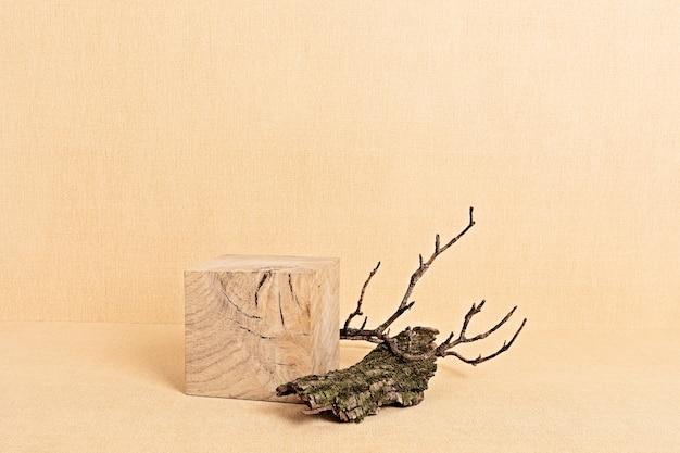 Puste drewniane podium do prezentacji produktów. półka wystawowa. naturalny cokół z elementami natury