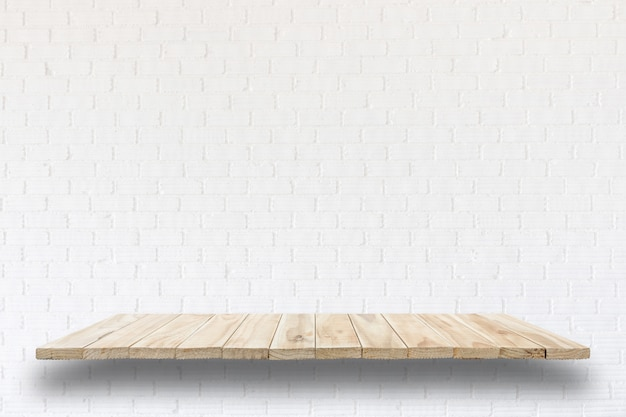 Puste drewniane półki i kamiennej ściany tło. do wyświetlania produktów
