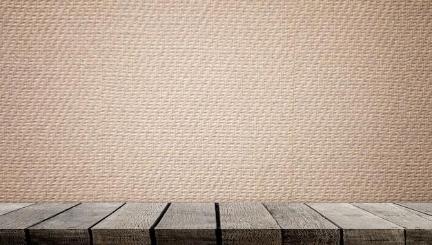 Puste drewniane półki z brązową papierową ścianą do wyświetlania produktu