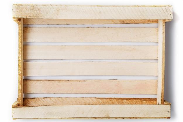 Puste drewniane pudełko na warzywa i owoce na białym tle.