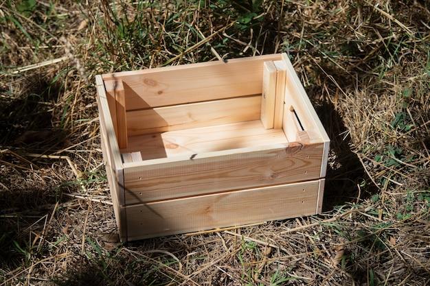 Puste drewniane pudełko na ziemi