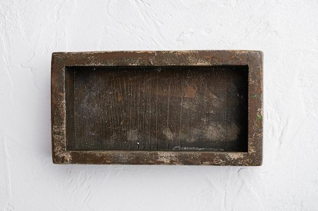 Puste drewniane pudełko z kopią miejsca na tekst lub jedzenie, widok z góry płasko leżał, na białym tle kamiennego stołu
