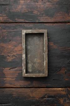 Puste drewniane pudełko z kopią miejsca na tekst lub jedzenie, widok z góry płasko leżał, na starym ciemnym drewnianym stole w tle