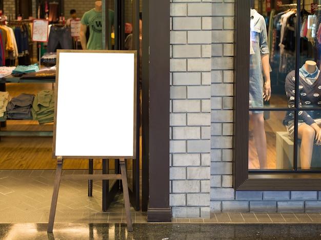 Puste drewniane znak z miejsca na kopię tekstu lub zawartości w nowoczesnym centrum handlowym.