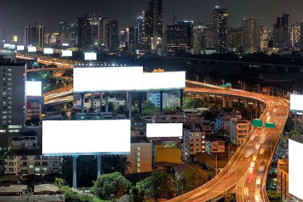 Puste duże billboardy z ruchem na podwyższonej drodze