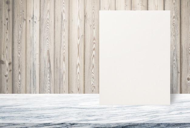 Puste eco teksturowanej papieru plakat na kamienny blat w starej drewnianej ścianie, szablon makiety do dodawania projektu.
