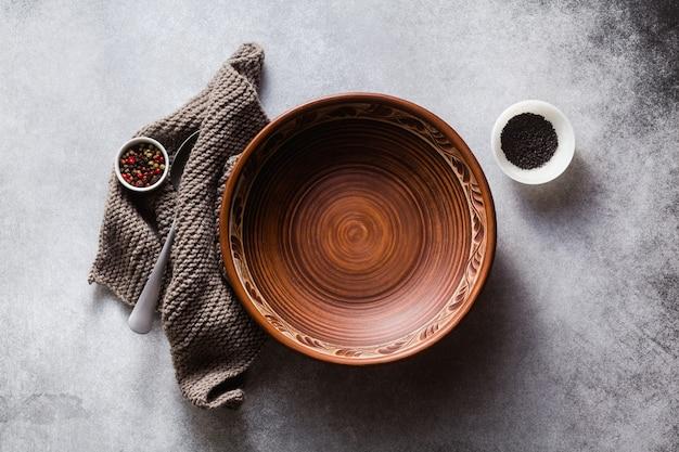 Puste gliniane talerze na stole ustawione na lunch lub kolację.