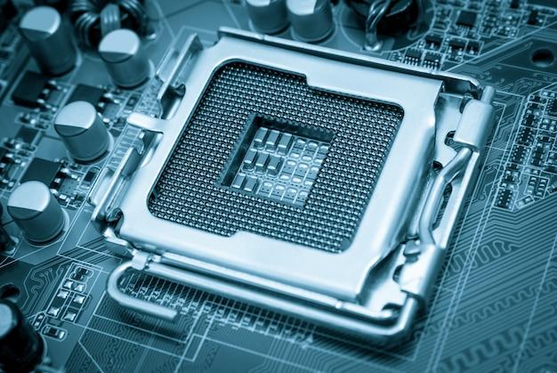 Puste gniazdo procesora cpu z pinami na płycie głównej stonowane na niebiesko