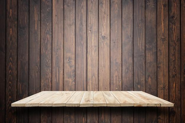 Puste górne drewniane półki i drewniane ściany tło