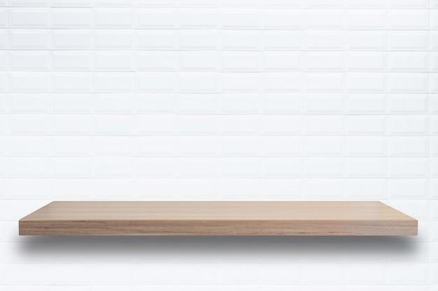 Puste górne drewniane półki i tle kamiennego muru