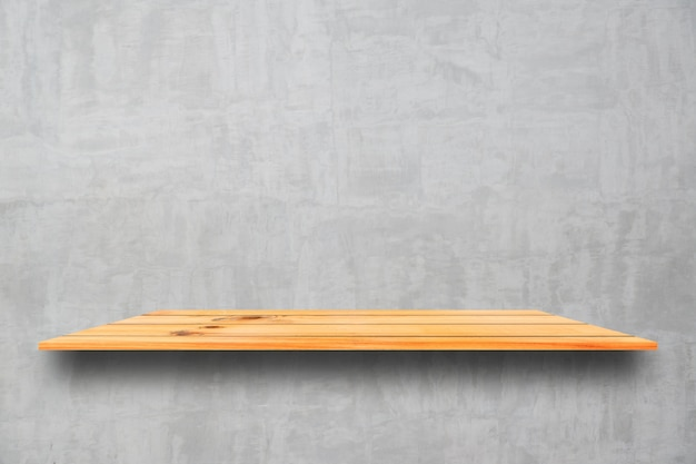 Puste góry drewniane półki i kamiennym tle ściany. perspektywy brązowe półki drewna nad kamiennym tle ściany