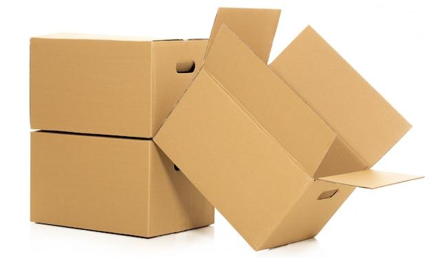 Puste i zamknięte pudełka na bielu