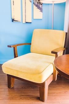 Puste kanapa i krzesło