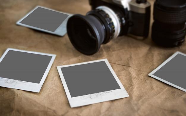 Puste karty fotograficzne, ramka na vintage tekstury z niebieskim aparatem retro, makieta fotografii.