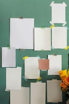 Puste karty przyklejone na ścianie