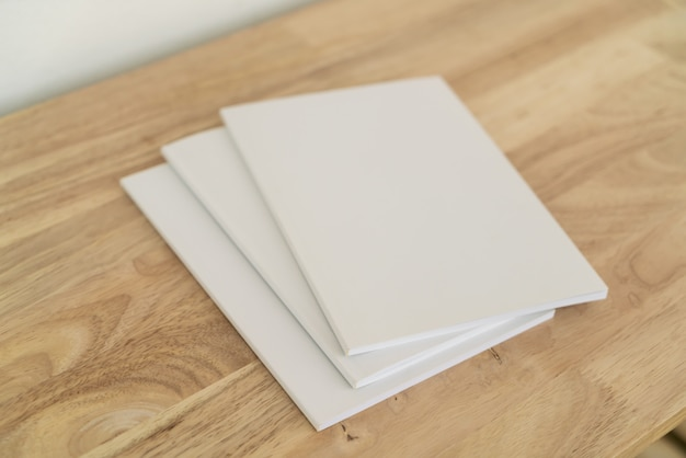 Puste katalogi na drewnianym stole