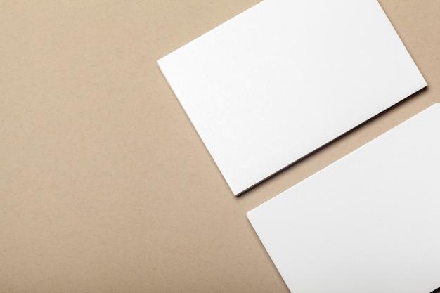 Puste kawałki papieru na beżowej powierzchni