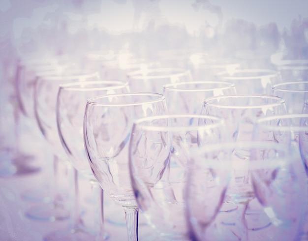 Puste kieliszki do wina na przyjęcie w ogrodzie. ścieśniać
