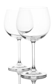 Puste kieliszki do wina ułożone i na białym tle