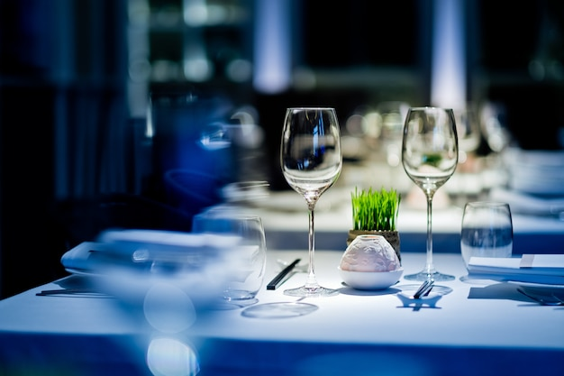 Puste kieliszki wino w restauracji, szklanka wody, kieliszek wyborczy