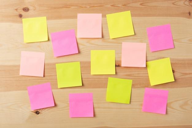 Puste kolorowe papiery na drewnianej desce