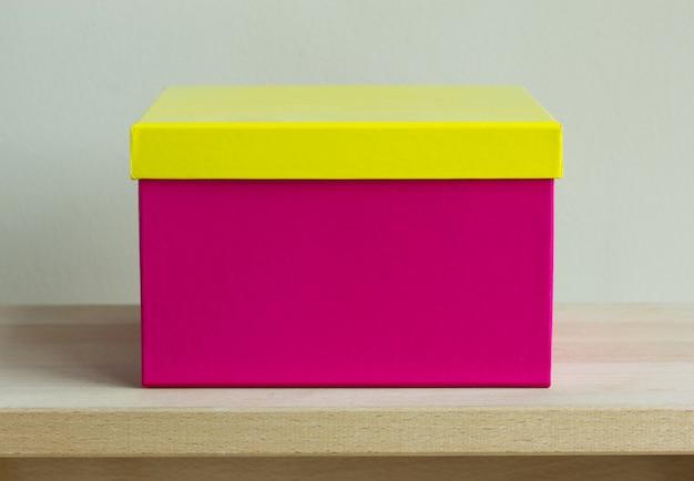 Puste kolorowe pudełko papierowe na drewnianym stole