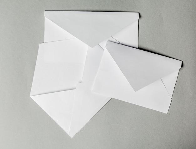 Puste koperty na szaro