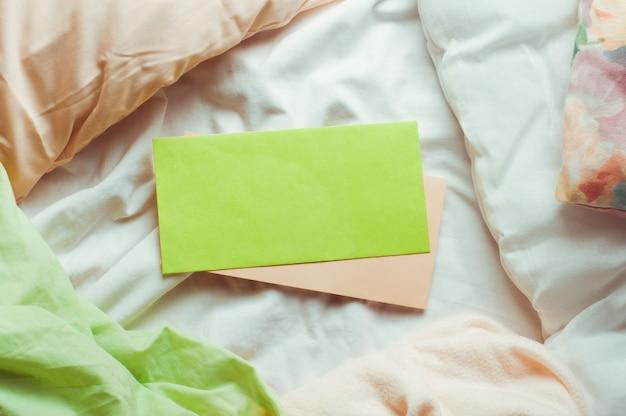 Puste koperty pocztowe na łóżku