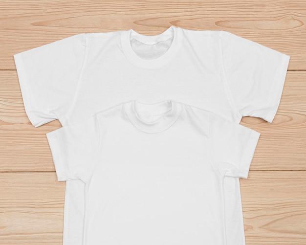 Puste koszulki na białym tle na drewnie