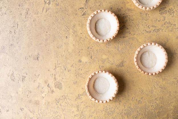 Puste kruche tartlets na betonowej powierzchni